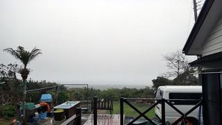 早めのうちは強い雨も降り雲も降りてきていた4/4の八丈島