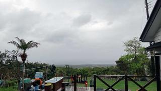 雨は次第に上がってくるが風は冷たくなっていた4/29の八丈島