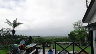 空は明るくなってくるが時折まとまった雨も降っていた4/30の八丈島