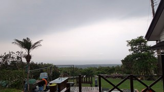 湿度も上がり雲は多いが雨は降らずだった5/15の八丈島