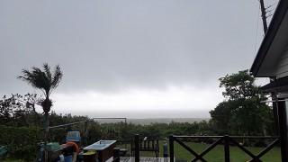 南からの風も強まり雲も低く降りてきていた5/16の八丈島