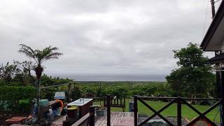 雨風時折強まって荒れた天気となってい5/25の八丈島