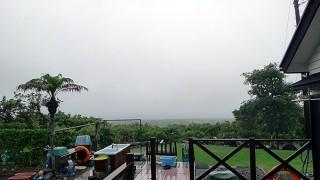 風は弱くもなってはくるが雨は時折強まっていた5/31の八丈島