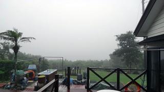 降ったり止んだりの落ち着かない空模様で霧もでていた6/12の八丈島