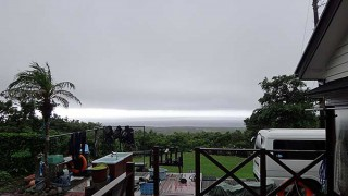 強い強い雨も降るが風が変わると明るくもなってもいた7/5の八丈島
