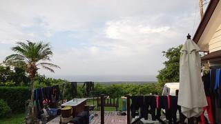 空には雲が広がりつつも風は弱くもあった8/15の八丈島
