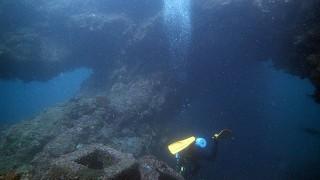 秋の青空広がる八丈島、うねりは残るが穏やかそうな底土でダイビング