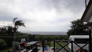 風も強まり涼しくもあるが晴れ間は見られていた10/6の八丈島