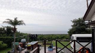 空には雲は広がるが時折晴れ間もあった10/15の八丈島