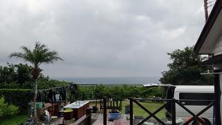パラパラ弱い雨も降るが次第に空は明るくなっていた10/23の八丈島