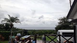 風は若干弱まるが時折雨もパラついていた11/23の八丈島