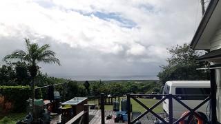 時折雨足強まってグズついた空模様となっていた12/8の八丈島