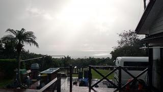 雲も広がり雨もやまずでグズついた空模様となっていた12/13の八丈島