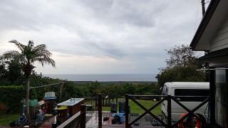 雲は高くはあるが時折雨も降りだしていた12/14の八丈島