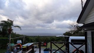 青空次第に広がるが西風止まずだった12/29の八丈島