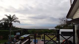 広がる雲から雨が降ったり止んだりだった12/31の八丈島