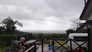 暖かくはなるが風は強まり荒れた天気となっていた1/18の八丈島