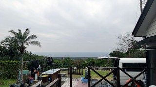 明るい曇り空だが時折雨もパラついていた2/1の八丈島