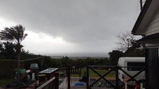 暖かな南寄りの風が強くもあって荒れた天気となっていた2/14の八丈島