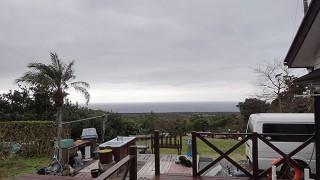 雲は広がり雨もパラついていた2/22の八丈島