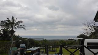 冷たい西風吹いてはいるが雲の隙間からは青空も見られていた3/2の八丈島