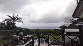 弱まる風だが落ち着かない空模様となっていた3/13の八丈島