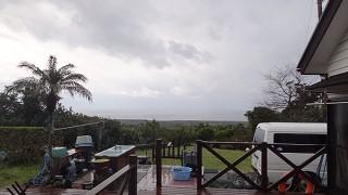 南からの風が強まり雨も強まっていた3/14の八丈島