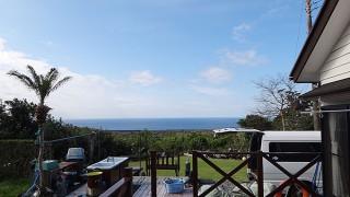 朝は冷えるが日差しは強く暖かくも感じられた3/26の八丈島