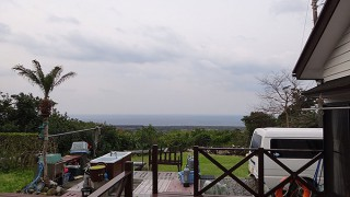 明るい曇り空でもあるが一時まとまった雨も降っていた3/30の八丈島