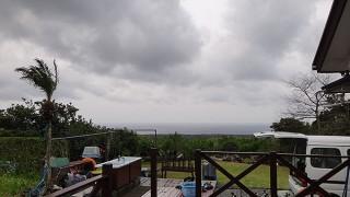 うっすら明るい曇り空で日中は風が強まってもいた4/11の八丈島