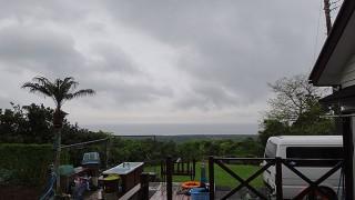 弱めの雨は降りやまずグズついた一日となっていた4/24の八丈島