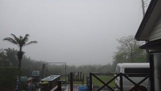 雲は下がって霧もでてグズついた空模様となっていた4/28の八丈島
