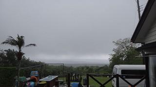 雲も低く降りてきて湿気っぽい陽気となっていた5/7の八丈島