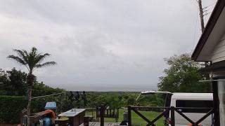 雲も広がり時折パラッと雨も落ちてきていた5/26の八丈島