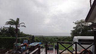 雲も降りつつ時折強めの雨も降っていた6/20の八丈島