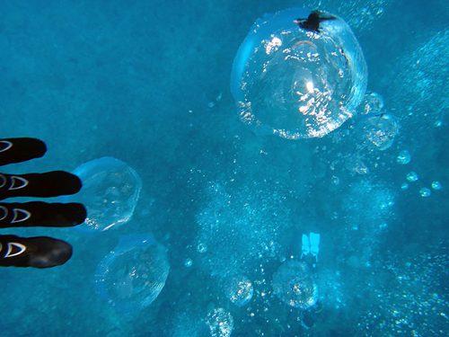 大きな泡に自分が映り込んでもいたり