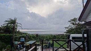 風は穏やかで雲の合間から青空も見られていた9/15の八丈島