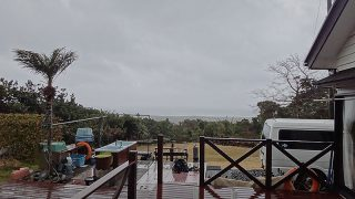 雨風強まり荒れた天気となっていた2/23の八丈島