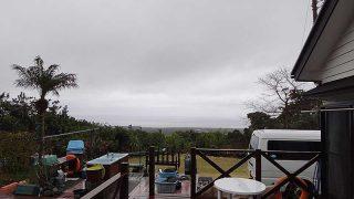 風は強まり雲も低く降りてきていた3/26の八丈島