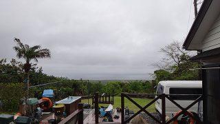 雨足次第に弱まって空は明るくなってきていた5/5の八丈島