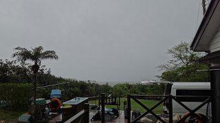 強めの雨も降るものの空は次第に明るくなってきていた5/10の八丈島