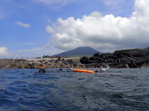 穏やかな湾内で浮き輪につかまり海に慣れ