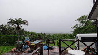 雲は低く降りていて一時雨も強まっていた5/26の八丈島