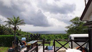 雲は広がり強めの雨も降ってはくるが青空もあった6/13の八丈島