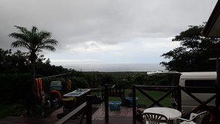 広がる雲も多くもなって時折雨は降るものの青空もあった8/5の八丈島