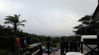 雲は広がり湿気っぽい天気となっていた8/10の八丈島