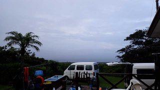 広がる雲からは小雨もパラつくが青空も見られた8/16の八丈島