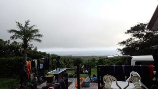 青空あるが暑い雲も広がっていて一時雨も降っていた8/17の八丈島