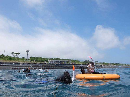 手前で海に慣れつつ泳いで沖まで出て行って