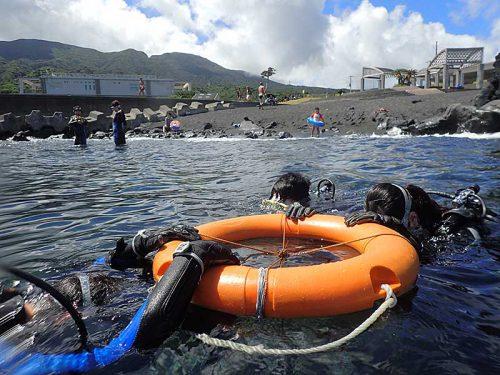 浮き輪に掴まり浅場で海に慣れていき